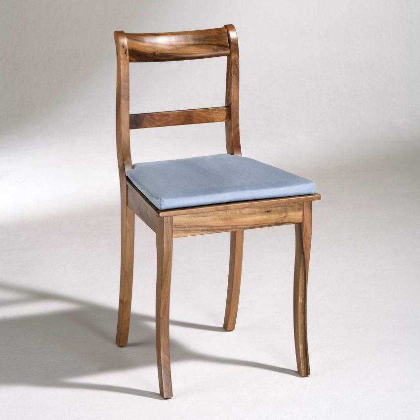 LIGNUM Biedermeier Stuhl in Walnuss, Säbelbeine, gerader Steg, mit Kissen