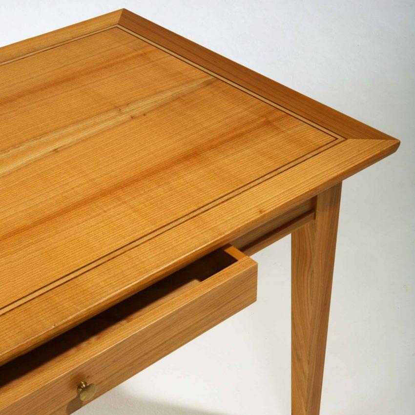 LIGNUM Biedermeier Schreibtisch in Kirschbaum, Dreifachintarsie in Schwarznuss und Ahorn, Detail