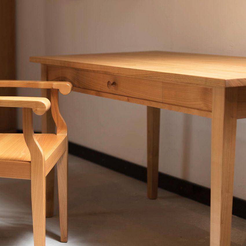 LIGNUM Schreibtisch in Kirschbaum, Armlehnstuhl in Kirschbaum